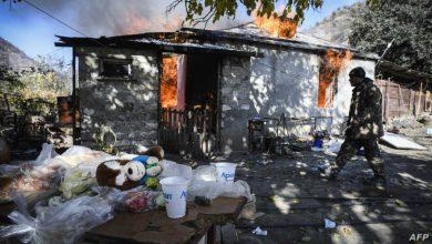 صورة أرمينيون يحرقون منازلهم قبل تركها .. حتى لا يتركوها للقوات الأذربيجانية