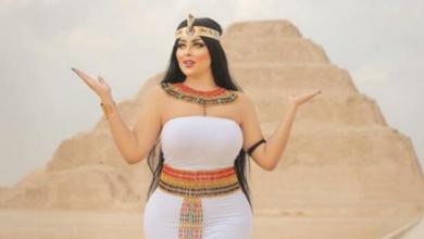 صورة صورة لفتاة مصرية أمام أهرامات سقارة تُشعل مواقع التواصل الاجتماعي