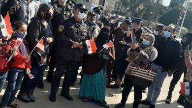صورة احتفالًا بعيد الشرطة في الدقهلية.. رجال الأمن المركزي يوزعون الورود والأعلام على المواطنين
