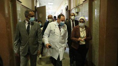 صورة خلال جولتها بمستشفى عزل العجوزة.. وزيرة الصحة للأطباء: حافظوا على أنفسكم