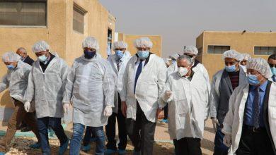 صورة وزير الزراعة ومحافظ الفيوم يتفقدان المشروع القومي لإنتاج البيض الخالي من المسببات المرضية