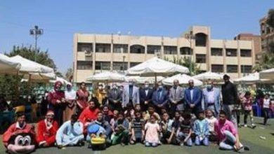صورة جامعة الفيوم ترسم الفرحة على وجوه 120 طفلًا يتيمًا.. أهدتهم عرضًا مسرحيًا وألعابًا متنوعة