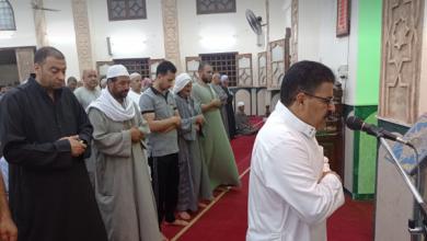 صورة التزام تام باحترازات كورونا في «التراويح» بمسجد تعيلب.. و«عبدالمنعم» يحذر من التهاون