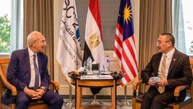 صورة وزير الخارجية الماليزي يبحث مع رئيس اقتصادية قناة السويس فرص الاستثمار بالمنطقة