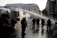 صورة التطعيم الإلزامي ضد «كورونا» يُفجّر موجة احتجاجات ومُصادمات في اليونان