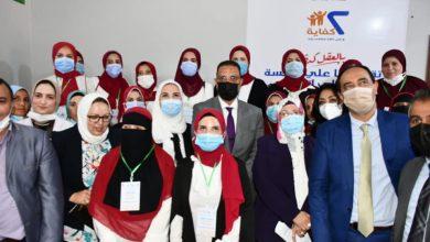 صورة «القبَّاج» تسلم عروسين جهاز زفافهما من جمعية خيرية.. وتلتقي مستفيدات من خدمات العيادات