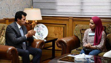 صورة وزير الشباب يُكرم آية عصام الدين بائعة غزل البنات